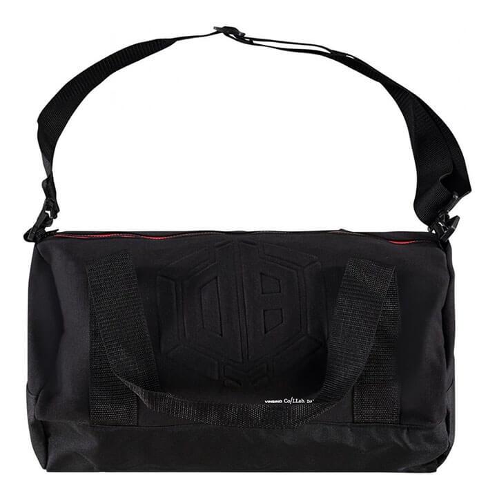 872af7e909d De tas heeft op de voorzijde van de tas een gaaf DB-logo. De tas beschikt  over een ruim hoofdvak met ritssluiting.