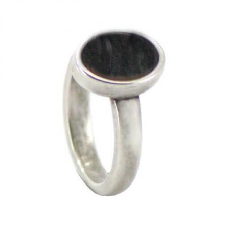 Qoss Ring Door Ovale Zwarte Steen